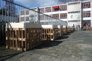 Leden van de Lucas Community bereiden de eerste zaaibakken voor van Foodscape Wildeman,  een project van URBANIAHOEVE, ism the Lucas Community, the Beach en Amsterdams Steunpunt Wonen.